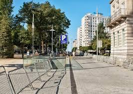 Se cortan al tráfico los dos carriles de la calle Alameda por el perímetro de seguridad para una reparación urgente de la fachada de un edificio