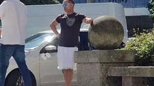 Cada vez más taxistas de Vigo en falda para reivindicar su derecho a conducir en bermudas durante el verano