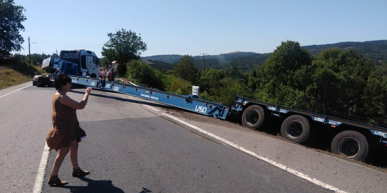 Espectacular accidente de un camión remolque que transportaba un aerogenerador en la N-541 en Folgoso