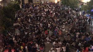 A vueltas con las peñas: la concejala de Fiestas quita hierro a los excesos mientras empresarios de hostelería del centro histórico critican el desfase consentido de tanta gente joven