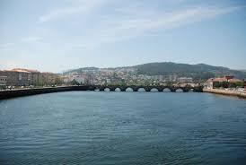 Un chaval de 23 años se tiró al río Lérez por que se le cayó el móvil al agua