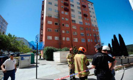 Un obrero muerto y otro herido muy grave al desplomarse un andamio metálico en A Coruña