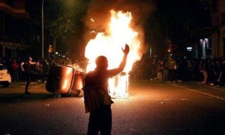 Tercera noche de altercados violentos en Barcelona