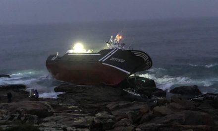 Los temporales impiden reflotar el pesquero siniestrado en Castro Baroña