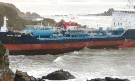 Hoy debería comenzar el vaciado de los tanques del «Blue Star» pero el temporal podría impedirlo. Mientras también el pesquero «Divina do Mar» también sigue encallado.