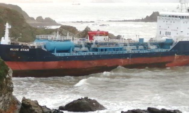 Vaciados el combustible del carguero «Blue Star» que sigue encallado en la ría de Ares