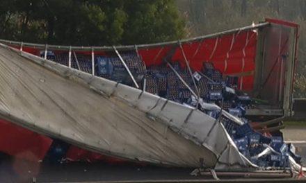 Tremendas retenciones en la A-55 y en la A-52 por un accidente de un camión