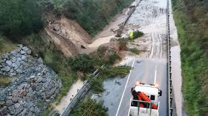 Las lluvias causan desprendimientos de tierras, provocan cortes de tráfico y aumentan las alertas por riesgo de desbordamiento en ríos