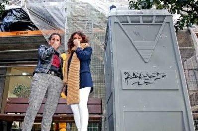 Conchi e Sonia xerentes de Trevede,» o seu negocio perde mais de 50% das ventas, por culpa de un wc  colocado, a mala fe, diante da porta do establecemento, na rua rosalia de Castro en Pontevedra