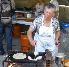 Otilia,fiolleira, modo pro dende fai 40 anos, nos pasa receta de filloas de sangue e doces