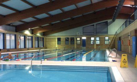 Diez concellos pontevedreses acuerdan no abrir sus piscinas este verano