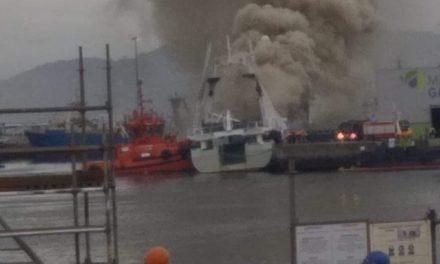 El pesquero que ardió en Bouzas terminó hundiéndose en la terminal portuaria