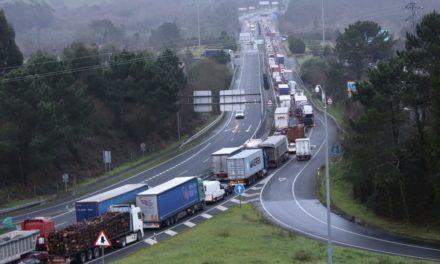 Tremendas caravanas para circular por el puente internacional de Tuy
