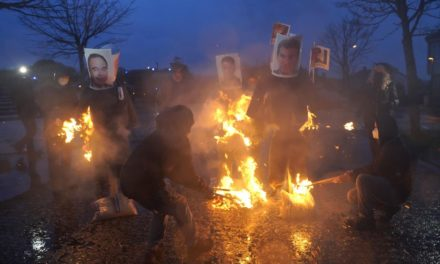 En una manifestación de hosteleros en Santiago se quemaron «mecos» de Sánchez, Feijóo y Bugallo