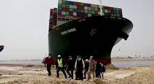 El mercante cruzado en el Canal de Suez ya se desencalló y navega